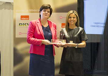 Premio Women at RRHH Womenalia - Recogiendo el premio con Pilar Roch (2).jpg